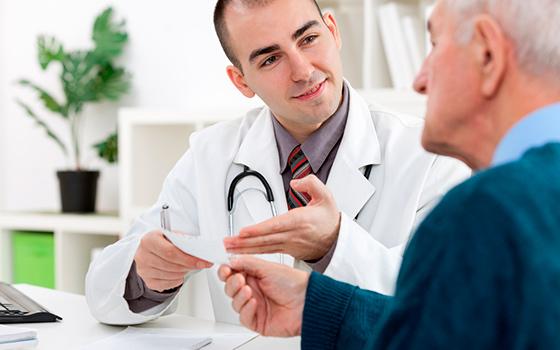 Мужчина и доктор уролог