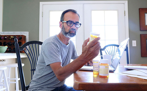 Мужчина принимает противовоспалительные препараты
